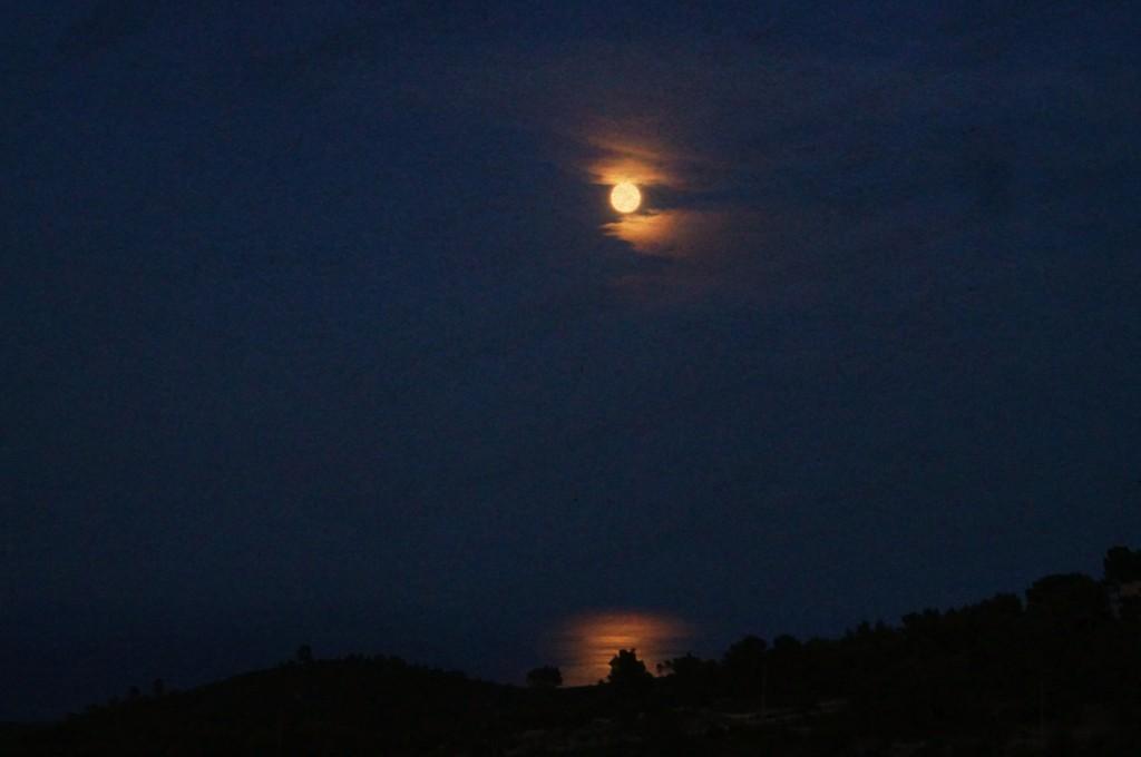 Immagine della super luna riflessa nel male
