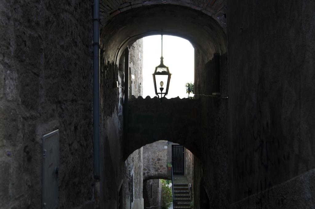 vicolo di Montefiascone con lampada
