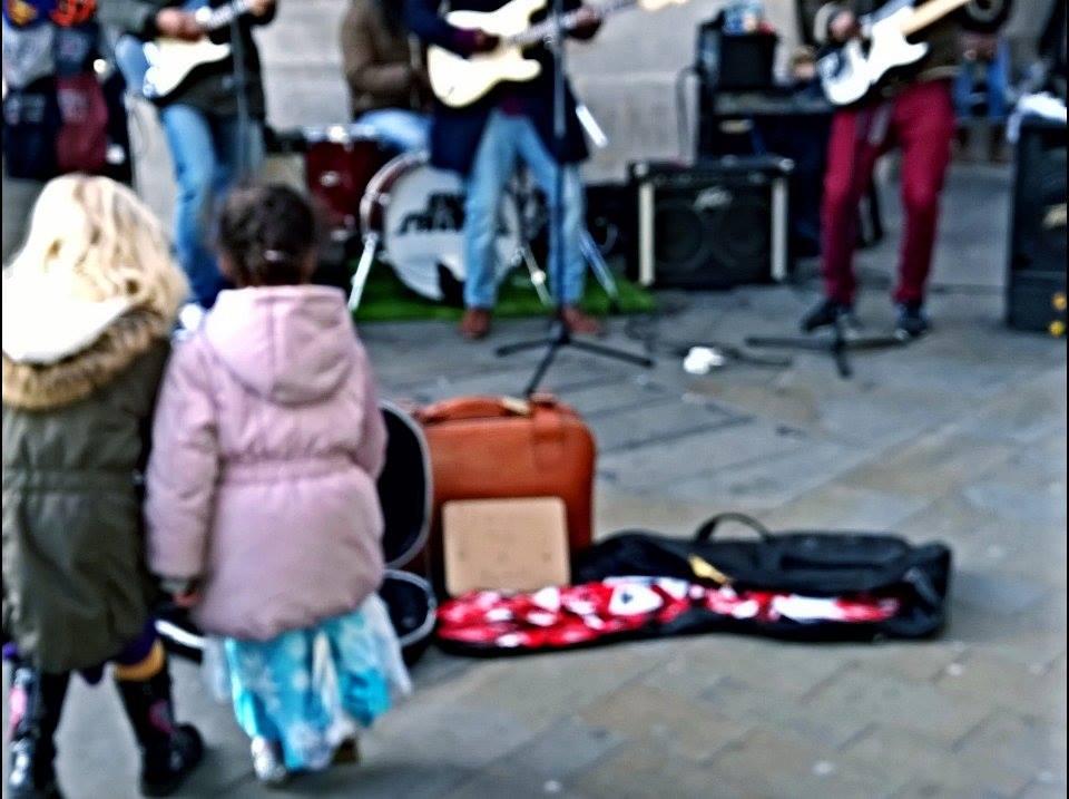 band che suona a Picadilly Circus