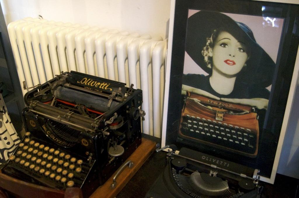 macchina da scrivere olivetti e poster pubblicitario