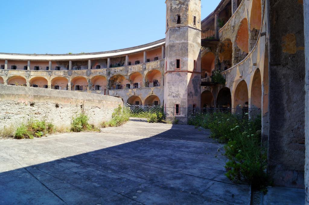 L'architettura semicircolare secondo i principi Panopticom del carcere di Santo Stefano