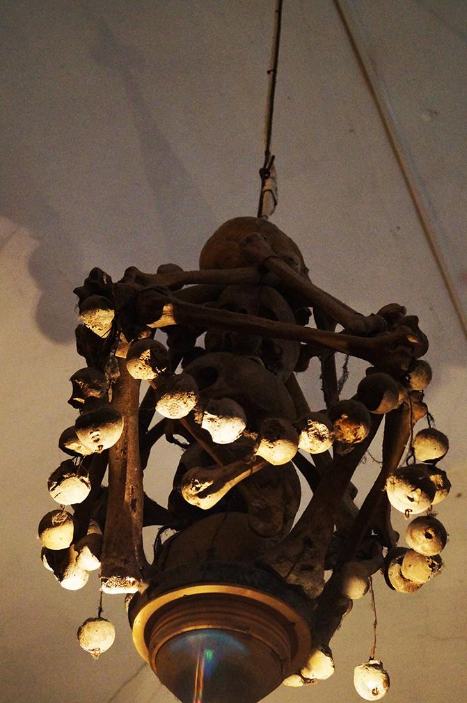 Il lampadario del cimitero delle mummie fatto di ossa
