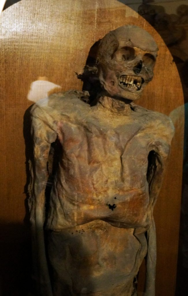 Una mummia esposta nella Chiesa dei morti
